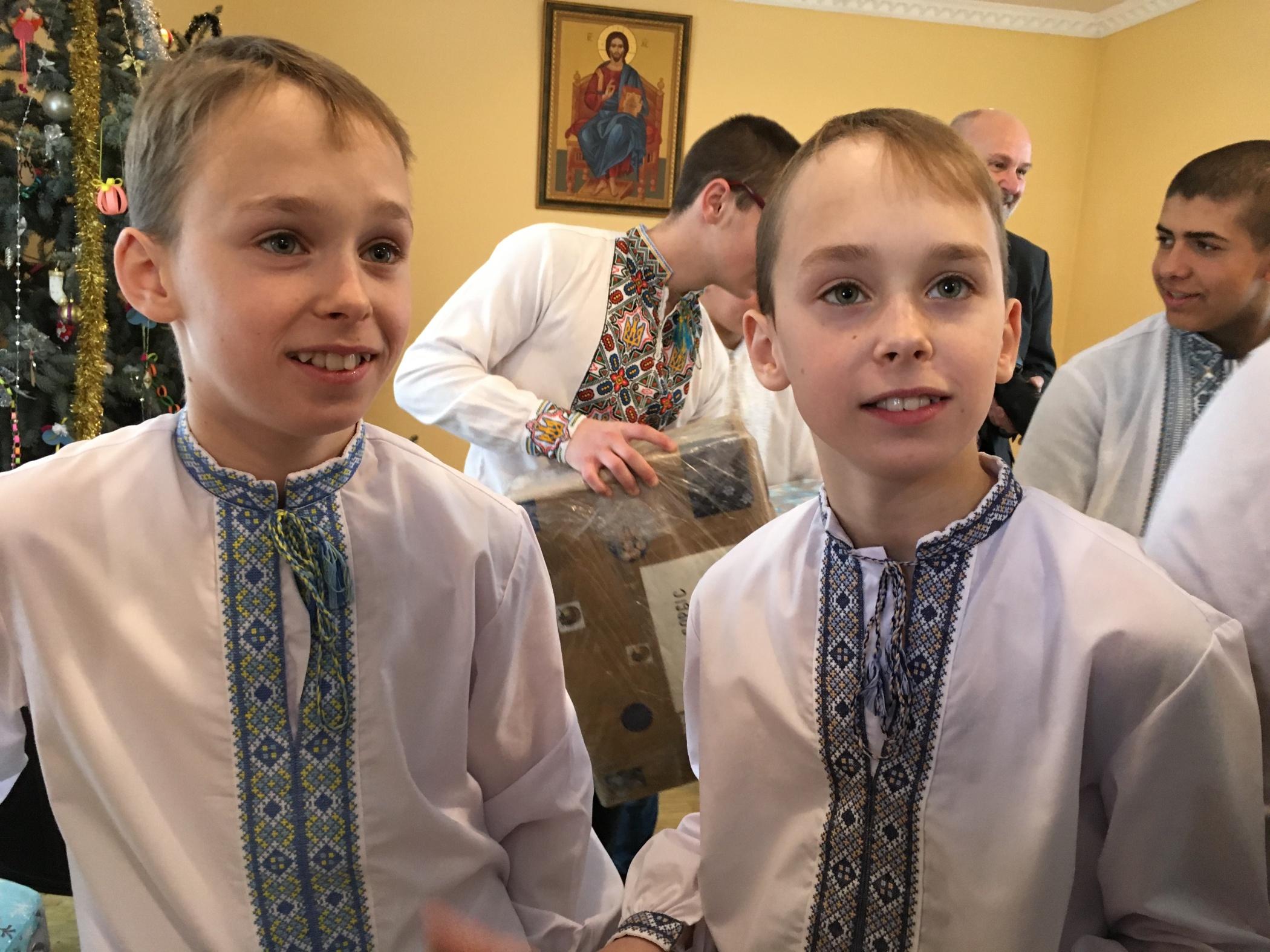 Vladyslav a Maksym dostali dárky od Arcidiecézní charity Olomouc