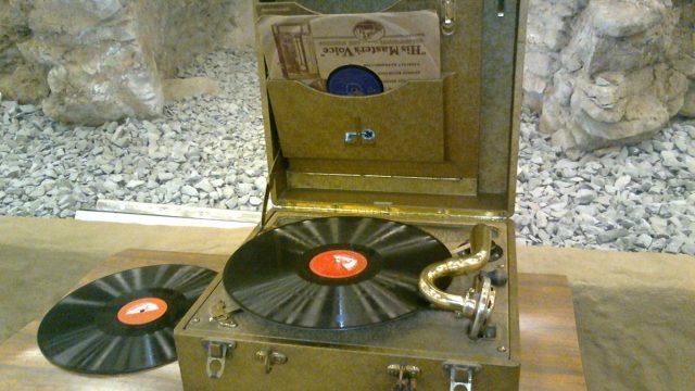 Gramofon a desky His Master´s Voice