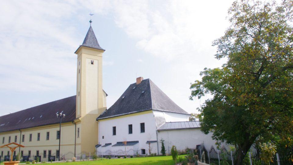 Pohled na hradní palác a věž z někdejší hradní zahrady