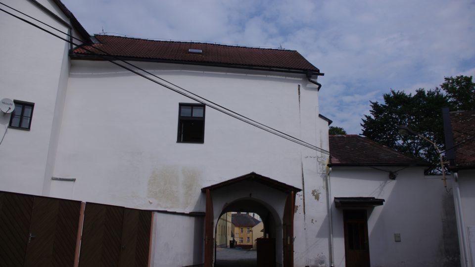 Vstupní brána  - dnes nad ní sídlí starosta