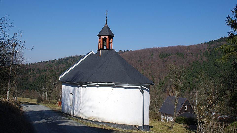 Kaple zasvěcenaá Panně Marii pochází z roku 1843
