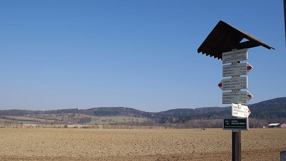 Okolí přehrady je i turistickým východiskem do okolí