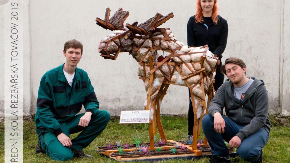 Budoucí řezbáři z Tovačova vyrobili z dřevěného a plastového recyklovatelného odpadu soba pro švédské velvyslanectví
