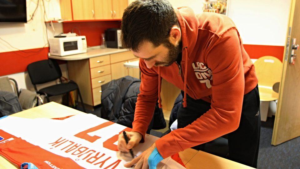 Martin Vyrůbalík podepisuje svůj dres