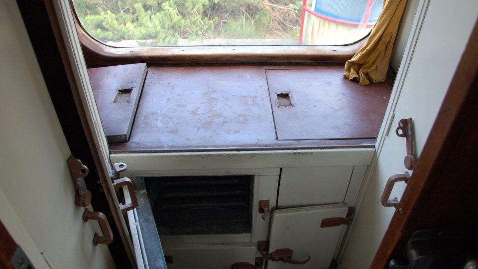 Kuchyňka s lednicí a spižírnami