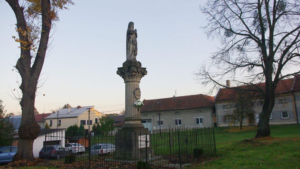 Mariánský sloup v centru návsi