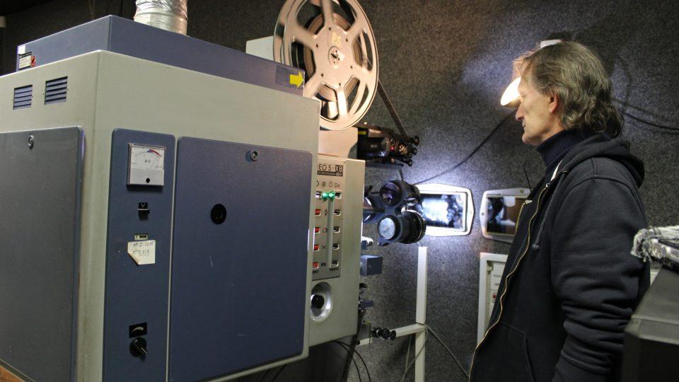 Promítačka filmového pásu v kině Metropol
