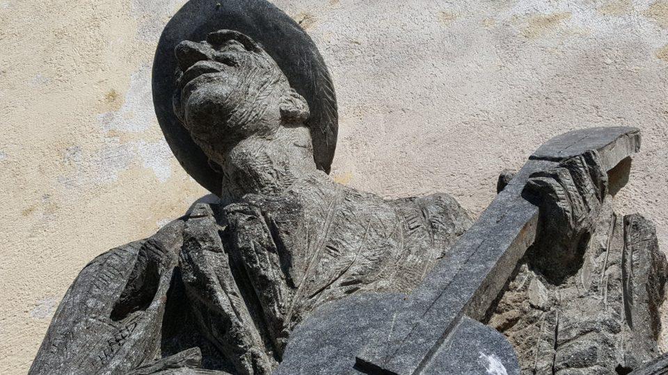 Pomník Karla Hašlera, jeho píseň Po starých zámeckých schodech zlidověla