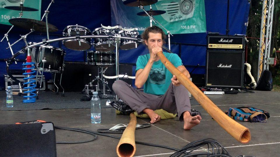 Radek Schwarz hraje na didgeridoo