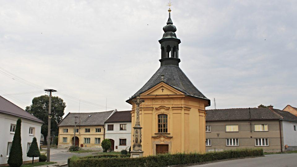 Náves s kaplí sv. Anny