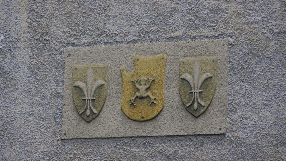 Erbovní znamení rodu Žabků z Limburka je na nádvoří tvrze k vidění dodnes