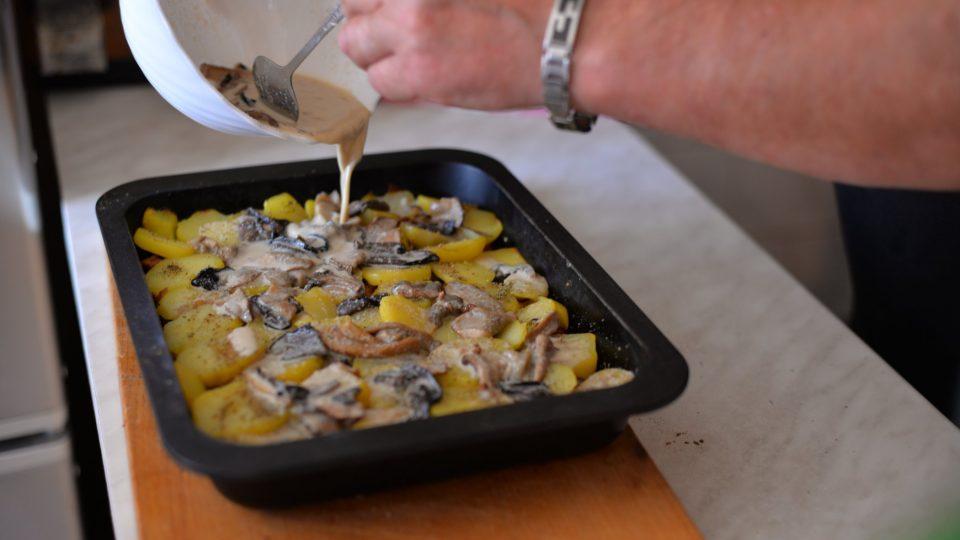 Po prvním pečení brambory zalijeme směsí s houbami a zapékáme do té doby, než se na povrchu začne tvořit kůrka
