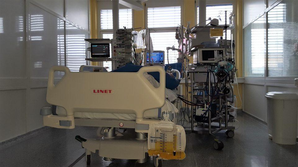 Lůžko s pacientem napojeným na mimotělní oběh ECMO
