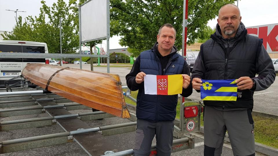 Veslař Václav Chalupa a majitel společnosti Voroplavba Radek Šťovíček vezli historickou veslařskou loď na slavnosti do Prahy