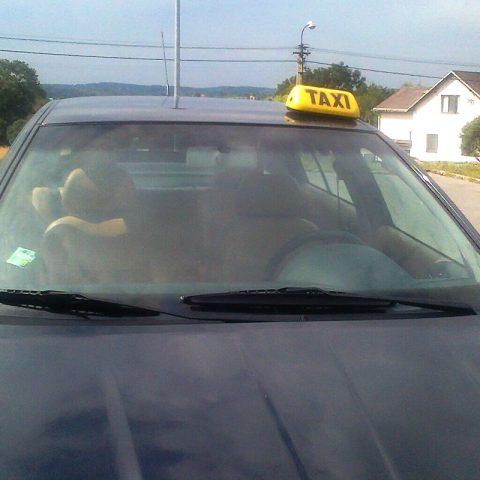 Senior taxi čeká na zákazníka