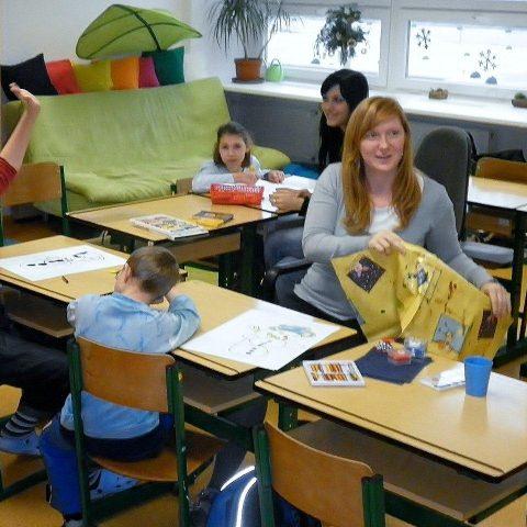 Škola poskytuje hlavně výuku v menších skupinách
