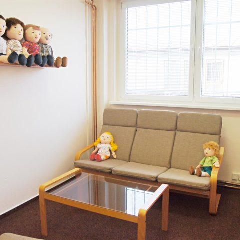 Panenky a jiné hračky mají děti u výslechu rozptýlit.