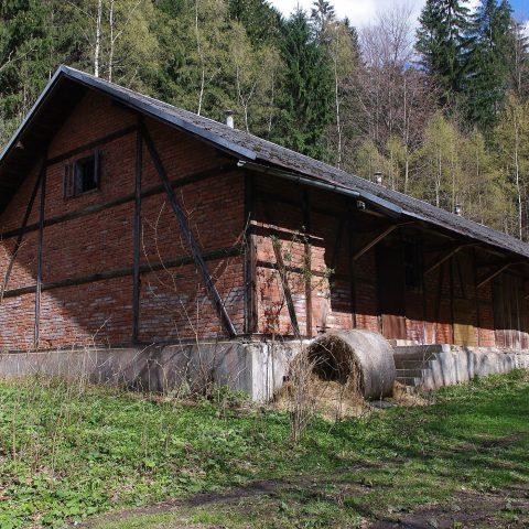 Budova někdejšího lágru v Borku u Domašova dnes slouží jako seník