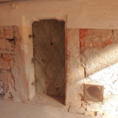 Unikátní gotický portál nevypadá na první pohled nijak mimořádně.