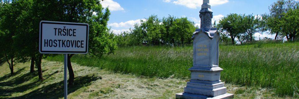 Kříž na příjezdu od Čechovic nahradil původní dřevěnný krucifix vyvrácený v roce 1925 vichřicí