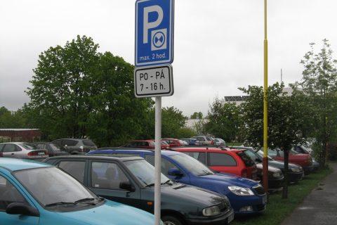 Změna parkování v Dobříši - parkoviště se značkou