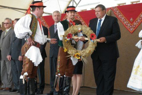 Zlínský hejtman Stanislav Mišák přebírá dožínkový věnec