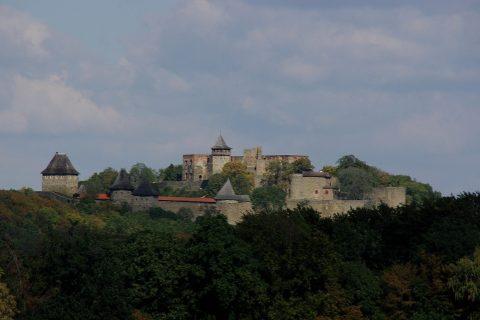 Hrad vypadá z dálky opravdu monumentálně