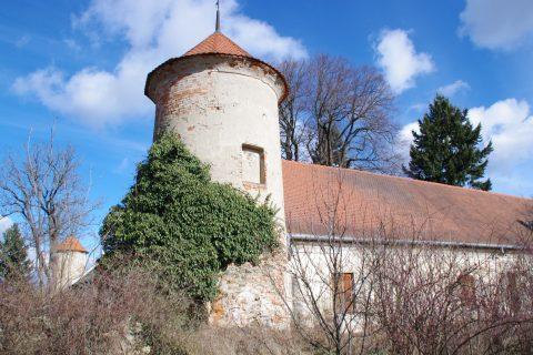 Nárožní vížky dávají ptenskému zámečku podobu bratislavského hradu
