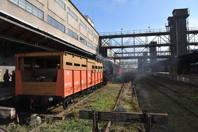 Legionáři, historický vlak,  střílna je řazená před lokomotivou