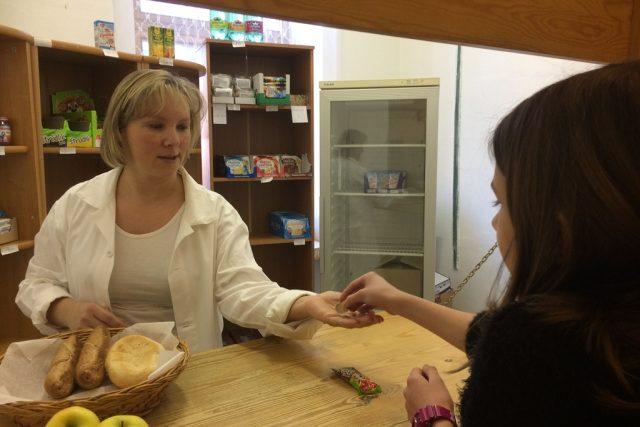 Prodej potravin a nápojů ve školách nově omezuje takzvaná pamlsková vyhláška. Z bufetů musely zmizet nezdravé pochutiny