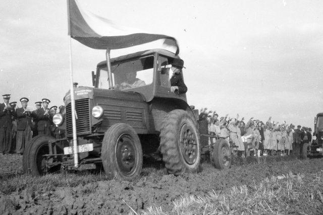 Orání mezí Blevice v roce 1949
