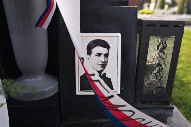 Fotografie Jana Opletala na jeho hrobě v Nákle