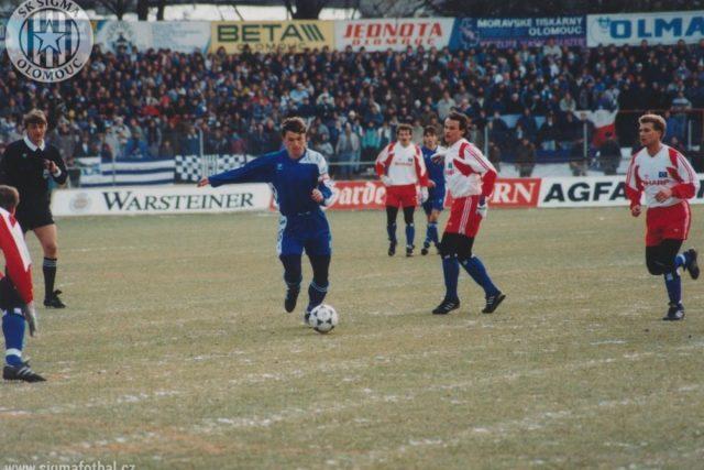 Kapitán Olomouce Jan Maroši (uprostřed) v domácí odvetě proti Hamburku asistoval u první branky Kerbra. Sigma favorita deklasovala 4:1.