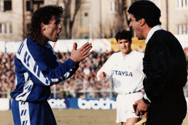 Pavel Hapal v zimě roku 1992. Na snímku gestikuluje směrem k italskému rozhodčímu Lanesimu.