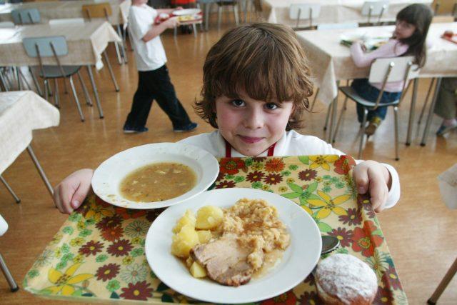 Školní obědy zdarma budou, i když nebudou