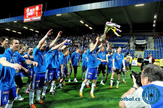 Velkolepé oslavy první trofeje pro Sigmu v její historii. Na snímku ji drží Tomáš Janotka.